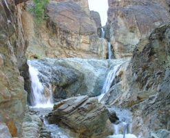 پالیزوک، آبشار ی در دره ی سنگ نگاره های کهن