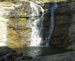 آبشار برگ جهان، آبشاری در میان کوچه باغ ها