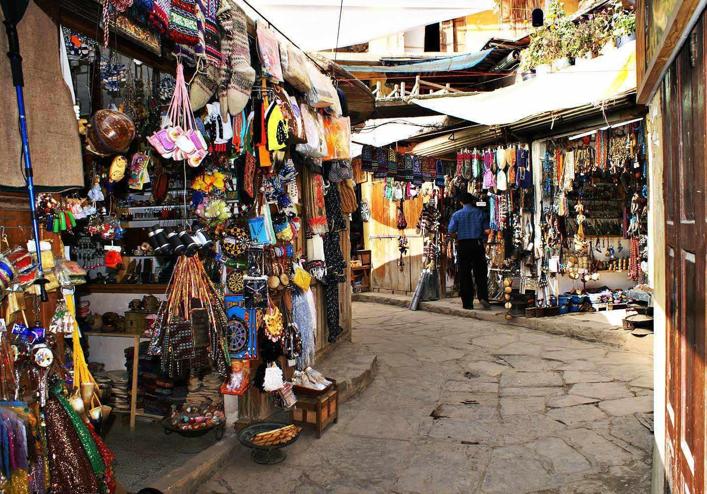 بازار ماسوله، گلدان های شمعدانی محجوب نشسته در پای کوه