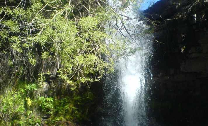 آبشار دگاهی، آبشاری در دل کوهستان