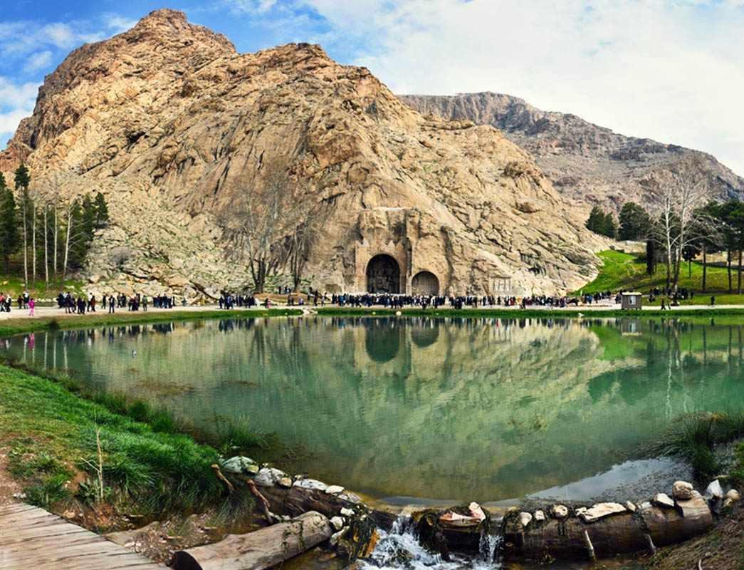 طاق بستان در نه کیلومتری شمال غربی شهر کرمانشاه قرار دارد.