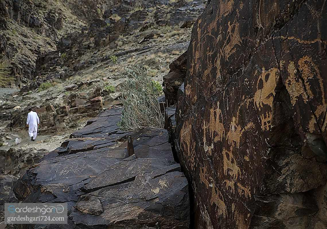 پالیزوک، آبشاری در دره ی سنگ نگاره های کهن